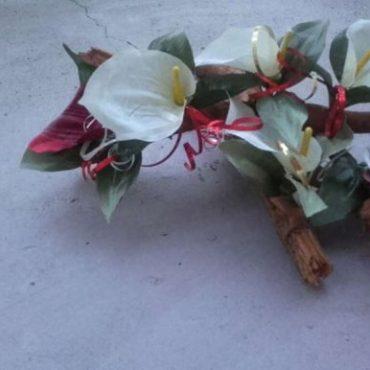 Wiązanka na cmentarz ze sztucznych kwiatów- kalie.